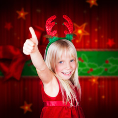 junges Mädchen mit Weihnachtsverkleidung zeigt Top-Daumen