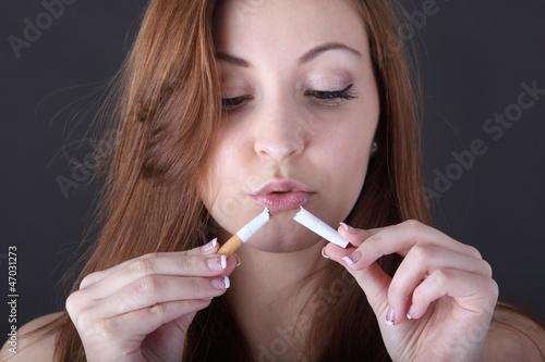 Сочетает сигареты и мастурбацию на Дойки2ком