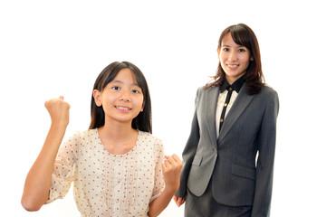 ガッツポーズをする女の子お女性教諭