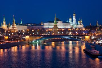 Night view of the Moskva River, Bridge and the Kremlin Fototapete