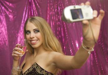 Jeune femme se prenant en photo au cours d'une soirée
