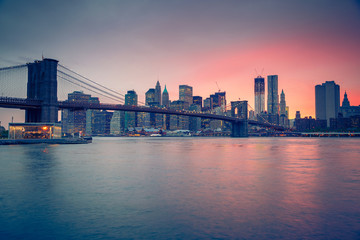 Fototapete - Brooklyn bridge and Manhattan at dusk