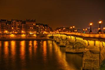 Nachtfoto von Pont Neuf und der Cité