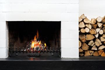 Offener Kamin und Feuerholz