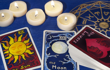 Tarotkarten und Kerzen