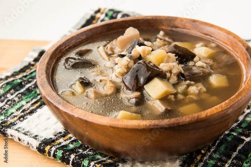 Как приготовит грибной суп с перловкой