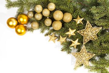 glitzernde goldene baumkugeln und sterne auf tannenzweigen