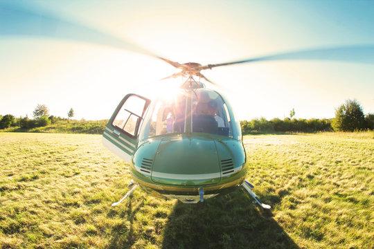 Startklarer Hubschrauber im Gegenlicht