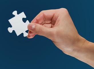 puzzleteil in der hand freigestellt