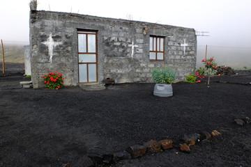 Maisonnette sur cendres volcaniques, île de Fogo, Cap Vert.