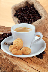 Espresso con amaretti e grani di caffè
