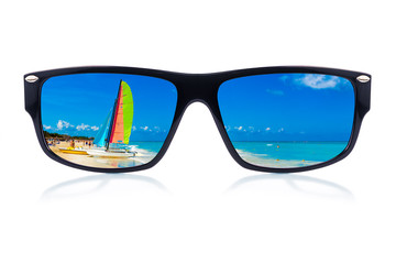 Wall Mural - Sunglasses with a tropical beach reflection (isolated on white)