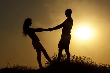 Молодая пара силуэт на закате