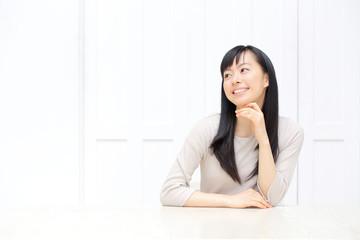 テーブルの前に座る女性
