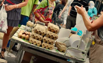 vente d'oeufs frais au marché