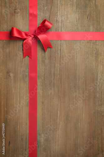 rote schleife auf holz stockfotos und lizenzfreie bilder auf bild 47701449. Black Bedroom Furniture Sets. Home Design Ideas