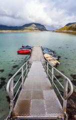 pontile sulla costa,porto con barche,spiaggia lofoten
