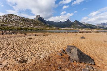 spiaggia alle lofoten, mare, cielo azzurro e montagna