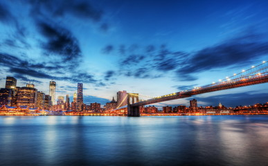 Fototapete - New York skyline by night.
