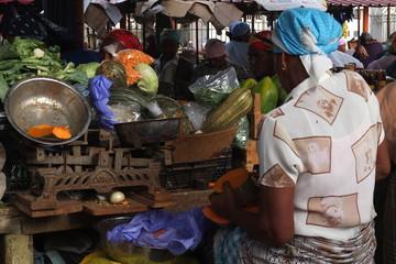 Vente de légumes et de fruits dans un marché africain.