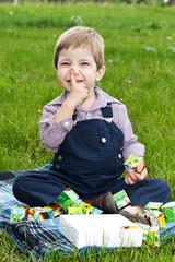 Мальчик играет на лужайке
