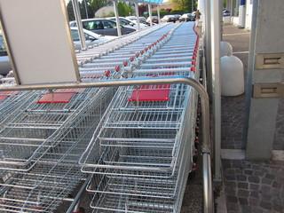 carrelli spesa al supermercato