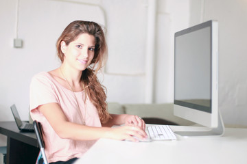 Frau am großen Computer