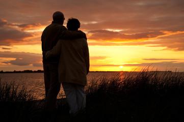 Senioren am Strand vor Sonnenuntergang
