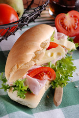 panino con prosciutto, pomodoro e formaggio