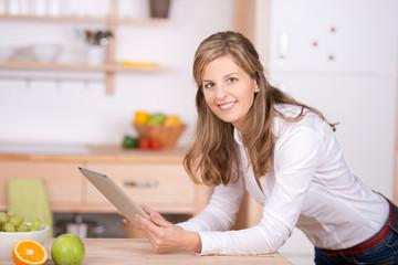 frau mit touchpad in der küche