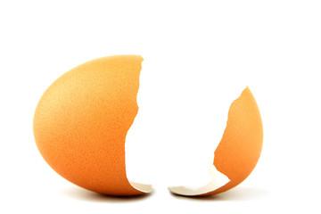 cáscara de huevo partida por la mitad