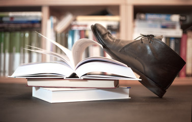 Ksiżka zdeptana butem