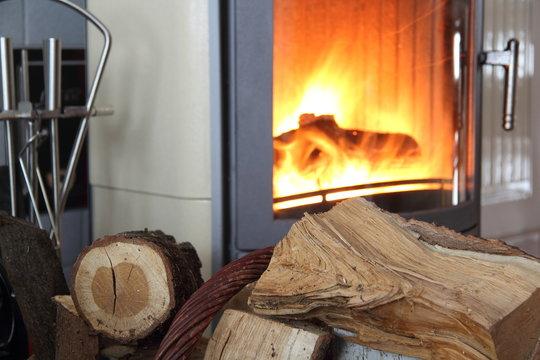 Brennholz vor einem Kamin