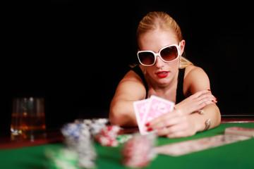 Blondine mit Sonnenbrille pokert