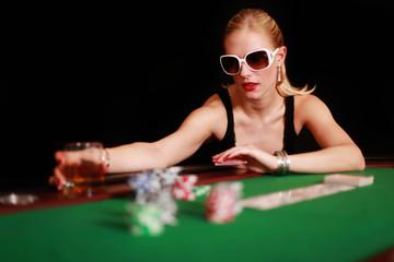 Attraktive blonde Frau am Pokertisch
