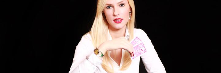 Blonde Frau mit Spielkarten