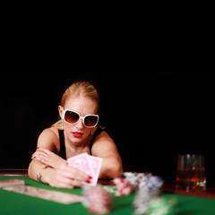 Blondine mit Sonnebrille beim Pokern