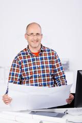 lächelnder ingenieur mit zeichnung