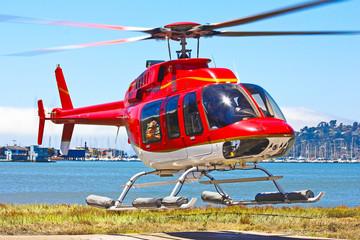 Startender Hubschrauber Bell 407 von malerischem Landeplatz