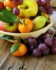 Photo sur Aluminium Fruits various autumn fruits (pears, apples, mandarin and grapes)