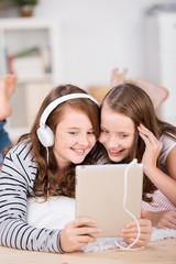 teenager hören musik mit tablet