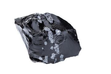 Mineralien: roher Schneeflockenobsidian auf weißem Hintergrund