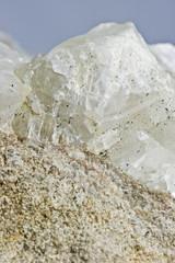 Kristall auf Kalksandstein