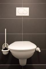 WC mit Fliesenhintergrund anthrazit