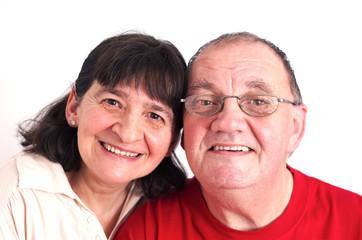 couple de sénior heureux sur fond blanc