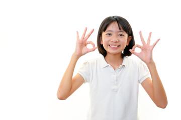 OKサインを出し微笑む女の子