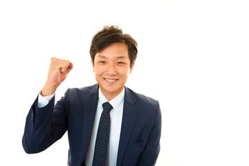 ガッツポーズをする笑顔のビジネスマン