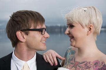 Braut mit einem Tatoo auf der Brust und ihr Bräutigam