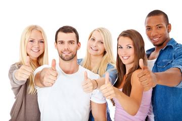 Gruppe attraktiver Jugendlicher zeigt Daumen hoch