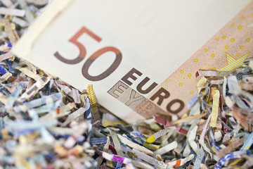 Euro Schein inmitten von Schredder-Schnipseln 3